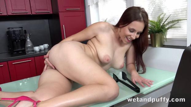WetAndPuffy – Antonia Sainz – Table For One